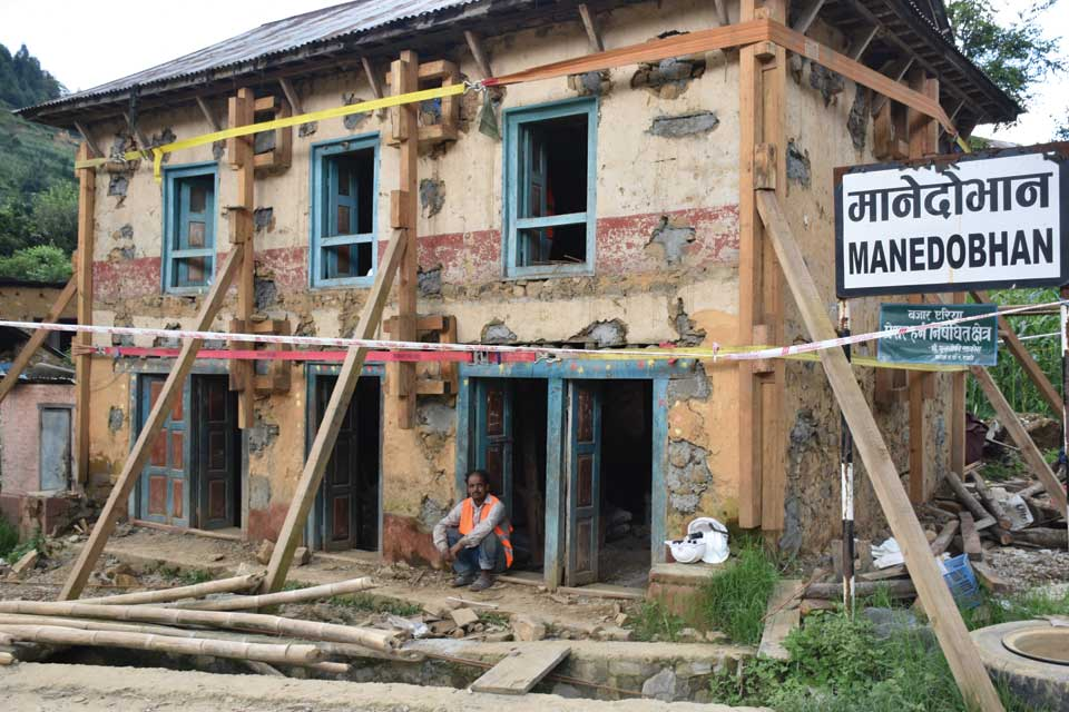 Quake-resistant mud-stone houses with retrofitting