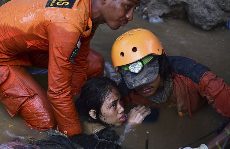 Burials begin in quake- and tsunami-hit Indonesian region
