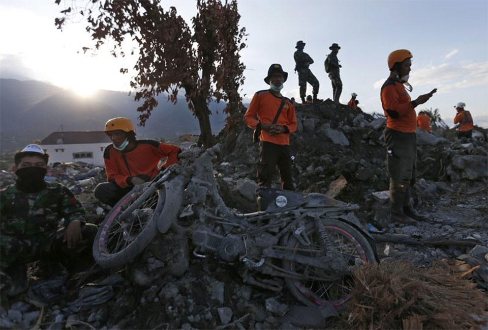 Indonesia raises death toll from quake, tsunami to 1,558