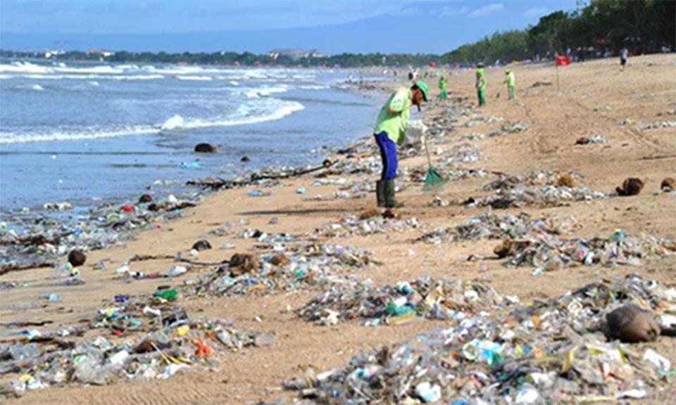 'Plastic, plastic, plastic': British diver films sea of rubbish off Bali