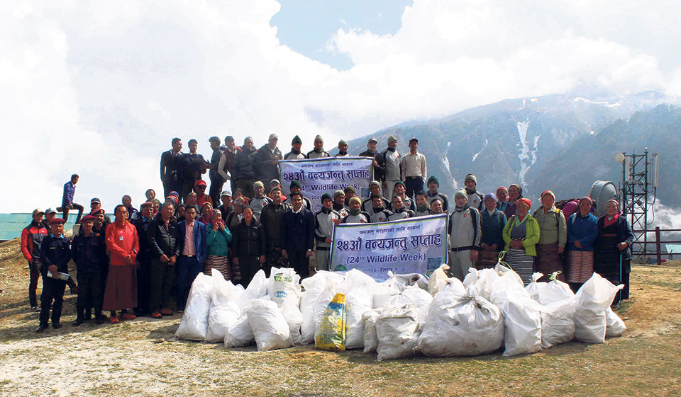Army removes two tons of waste from Everest