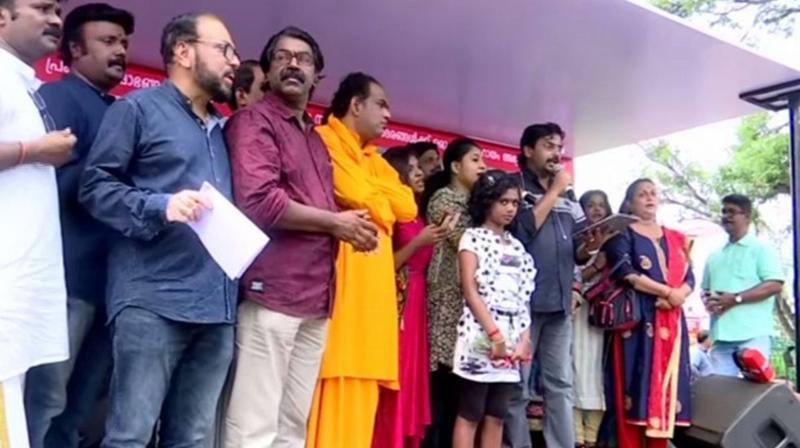 Trivandrum: Local singers collect relief fund for flood-affected people