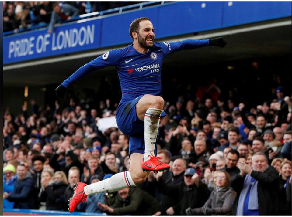 Higuain scores first Chelsea goals, Spurs go second