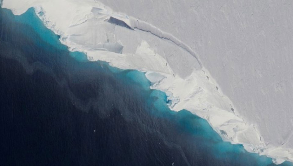 Huge hole discovered in Antarctic glacier from 14 billion tons of ice melt
