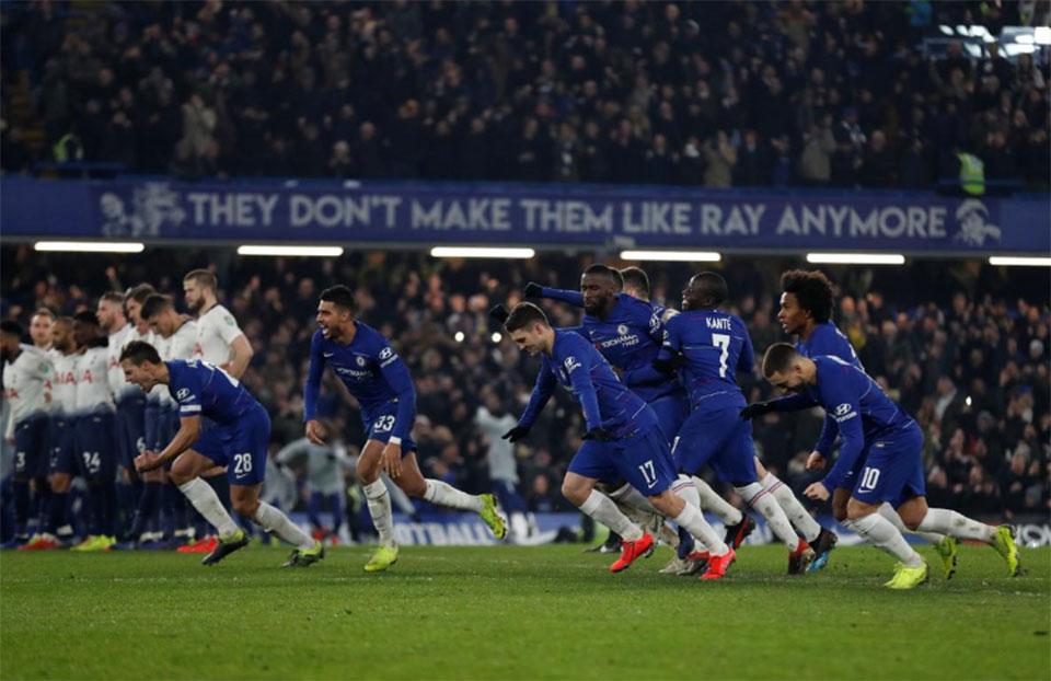 Chelsea edge Spurs on penalties to reach League Cup final