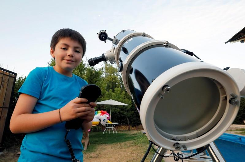 Ten-year old Chilean teaches star gazing to classmates