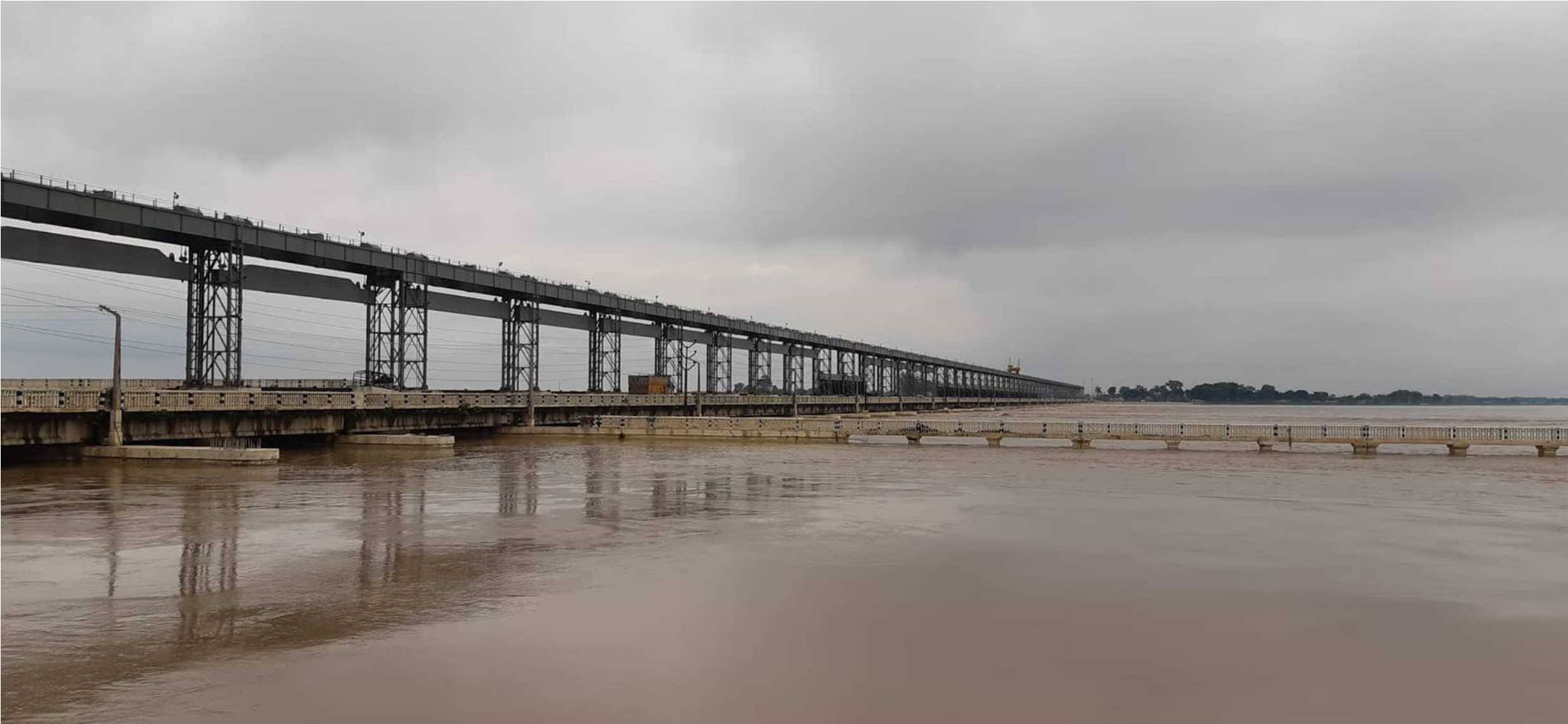 Provincial ministers inspect Koshi Barrage as water level recedes