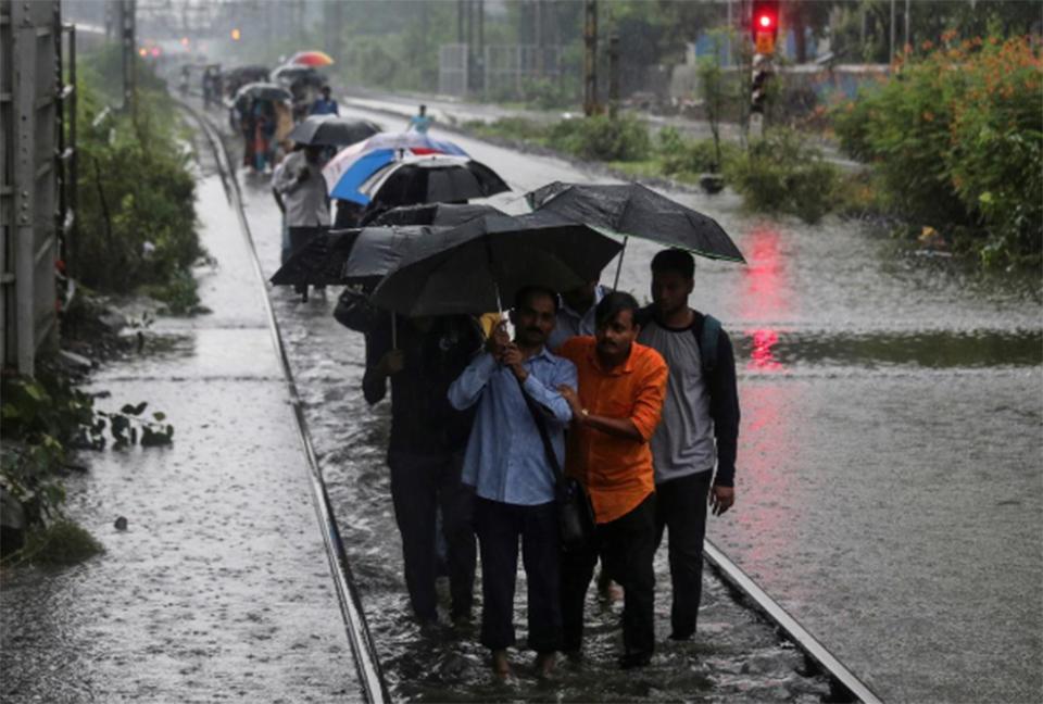 Heavy rains in India kill 27, cripple Mumbai
