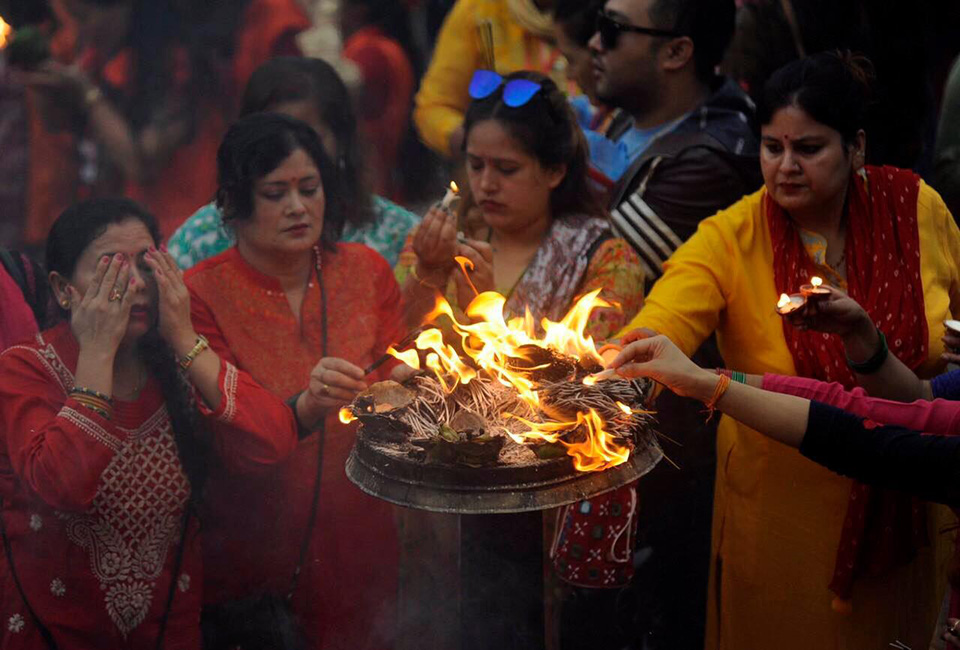 Devotees throng Pashupatinath to worship Lord Shiva (With photos)