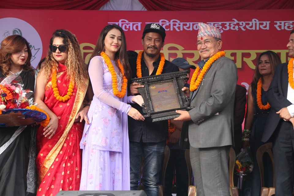 Nischal and Swastima felicitated as 'Ideal Couple'
