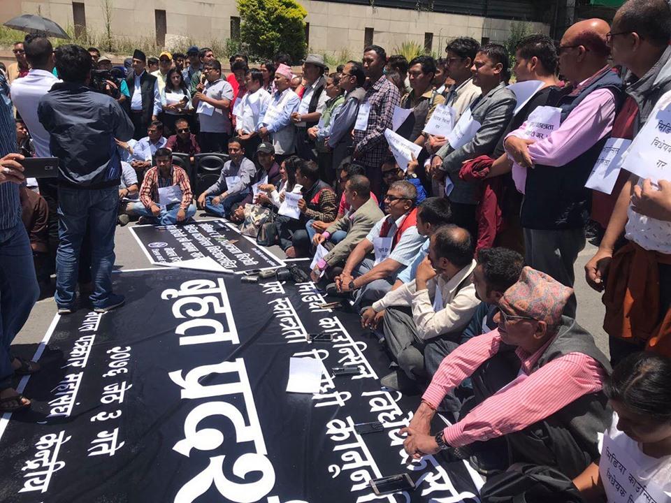 Journos demonstrate against anti-press bills