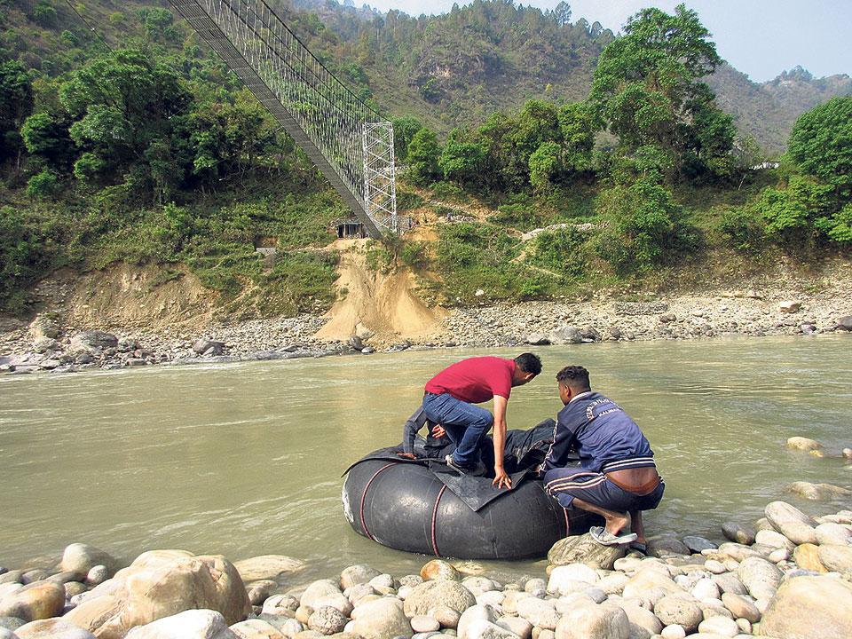 Locals still crossing Mahakali River using tubes as Indian officials defer inaugural of suspension bridge