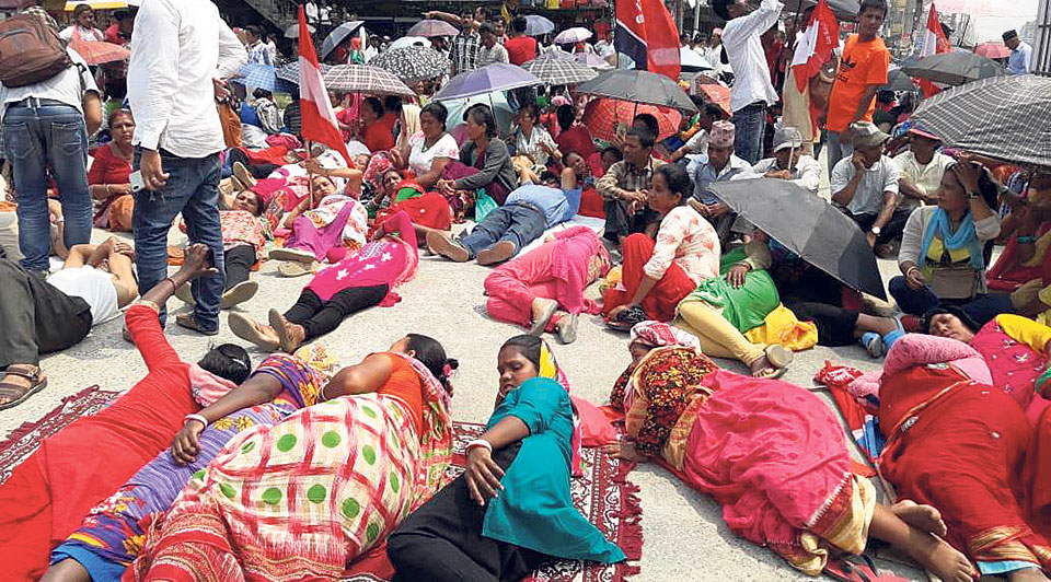 Tea workers intensify protest demanding implementation of minimum pay