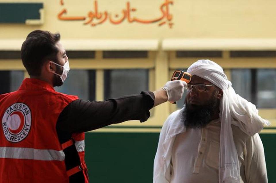 Pakistan urges calm as coronavirus cases surge, Sri Lanka stops flights
