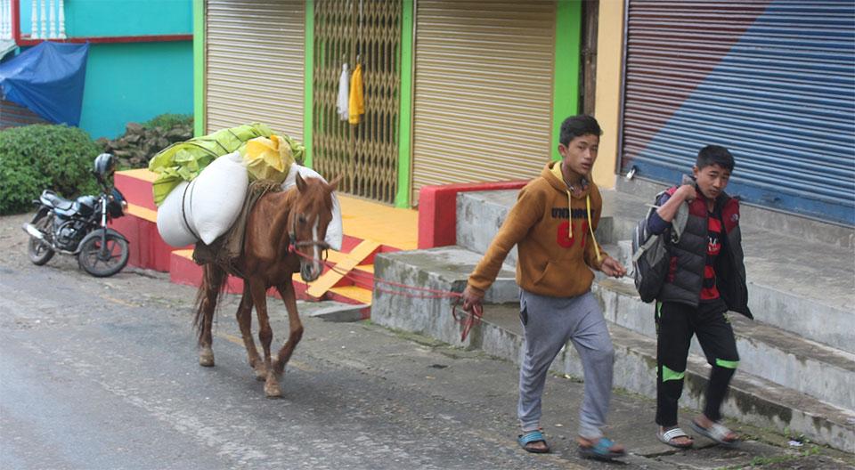 Darjeeling people throng Nepali town Pashupatinagar to buy food stuffs