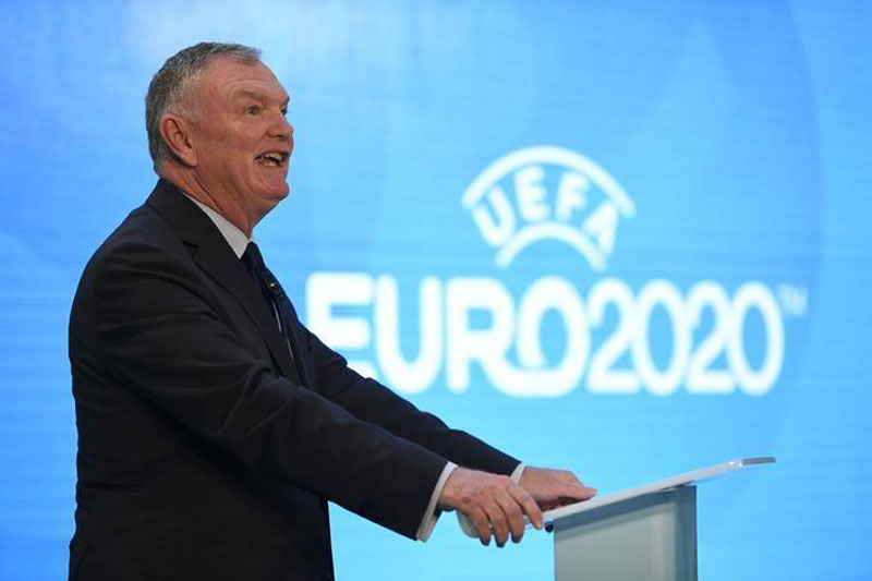 FA chairman suggests gay players could come out together