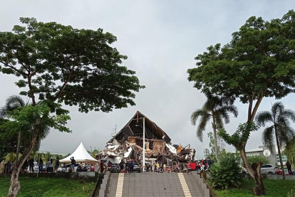 Strong quake in Indonesia's Sulawesi kills at least seven, injures hundreds