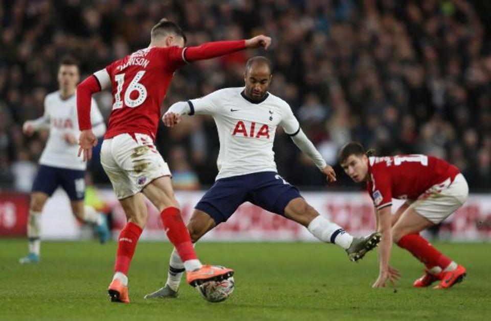 Moura rescues Tottenham at Middlesbrough, Chelsea progress