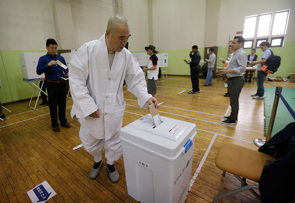 South Koreans begin early voting to replace ousted Park