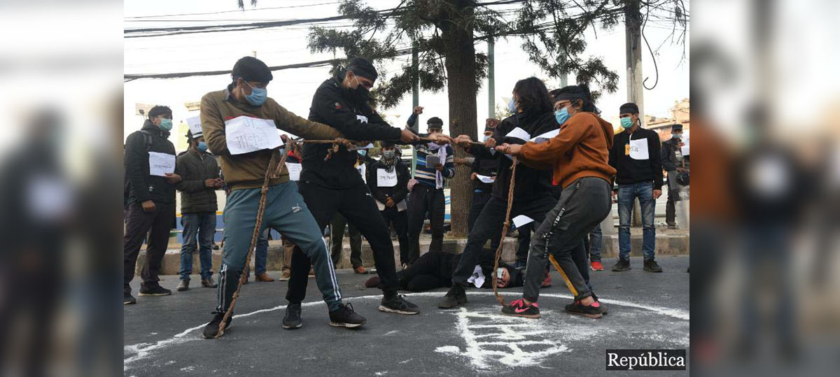PHOTOS: Students play tug of war in a symbolic protest against House dissolution