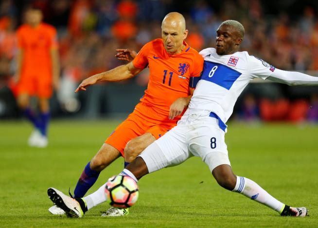 Record-breaking birthday boy Sneijder scores in Dutch win