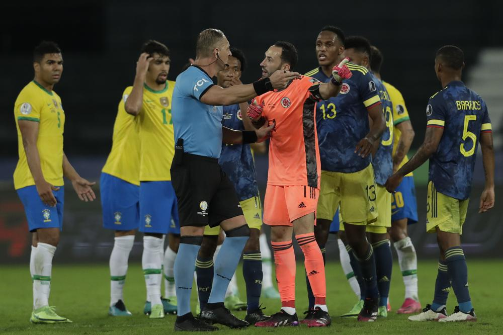 Brazil beats 2-1 Colombia after referee's accidental pass