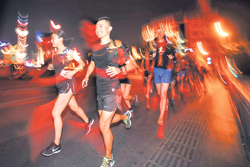 China runners brave gawps, pollution and deadly driving
