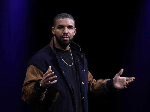 Drake declares love for Rihanna during concert