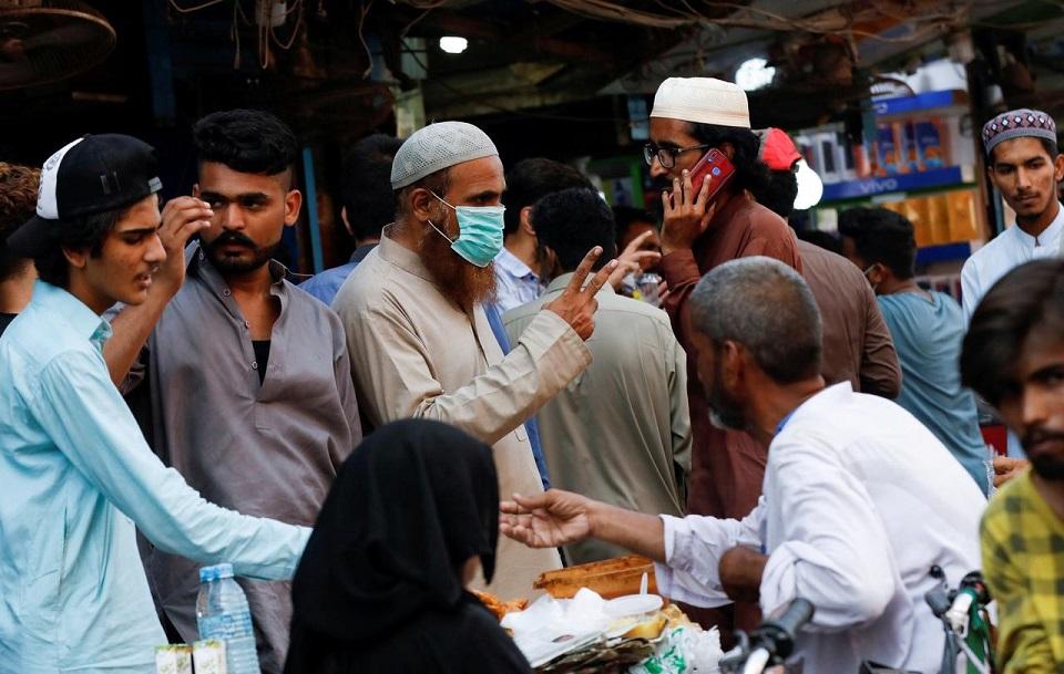 Pakistan cracks down on safety breaches, coronavirus cases top 100,000