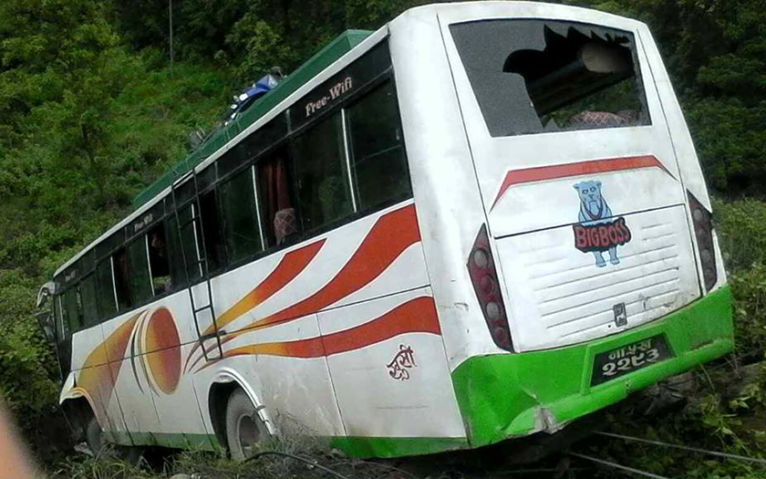 Night bus accident leaves  2 dead, 4 injured