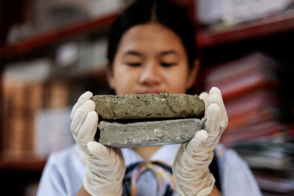 Philippine students turn littered dog poo into bricks