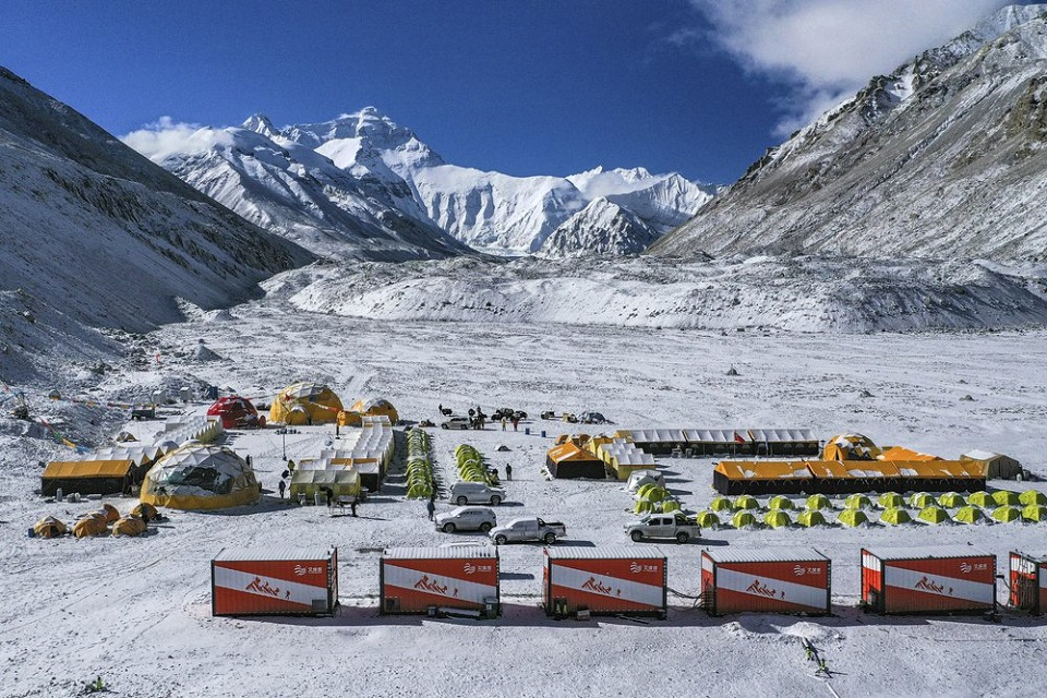 Chinese survey team plans to summit deserted Everest