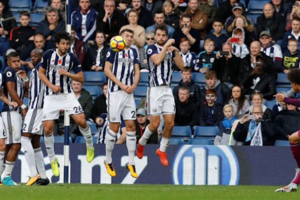Man City surge on, United sink Spurs to stay second