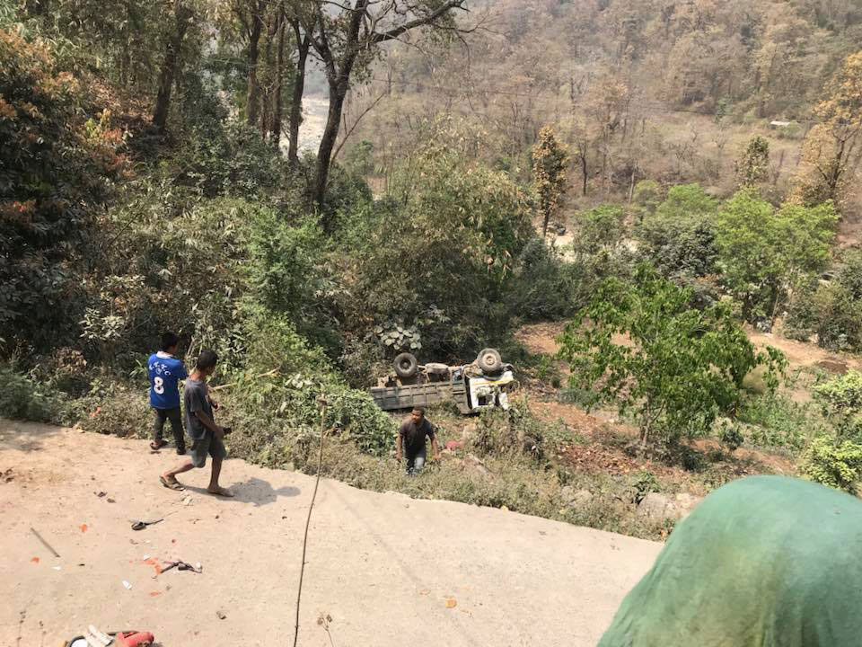 One died and four injured in tripper accident